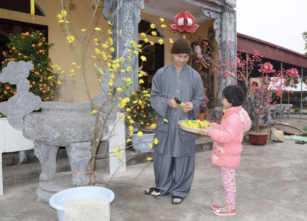Cùng với đó, mọi người trang hoàng khuôn viên nhà chùa, nhà cửa đón Tết.