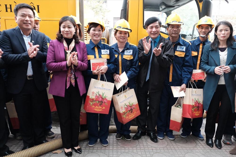 Chủ tịch Bùi Văn Cường (thứ tư từ phải sang) tặng quà cho đoàn viên, NLĐ Cty thoát nước HN. Ảnh: Sơn Tùng