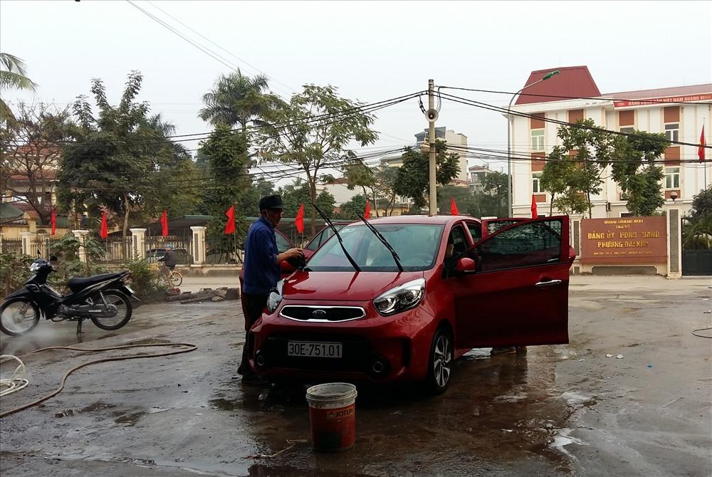 Giá rửa xe ô tô chiều 30 têt dao động từ 120 - 150 nghìn đồng/xe (Ảnh: XH)