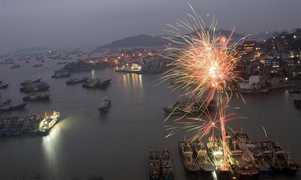 Trên bầu trời cảng cá Chiết Giang, Trung Quốc, pháo hoa đã được bắn sớm hơn so với mọi năm, báo hiệu một năm mới tốt lành. Ảnh: AFP