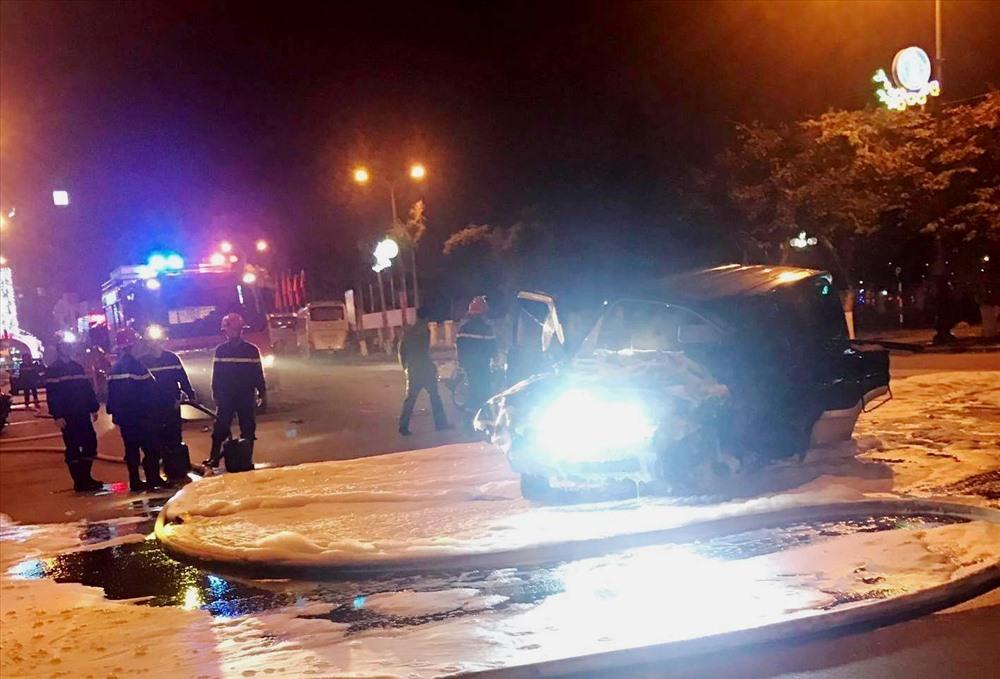 Lực lượng cảnh sát PCCC có mặt tại hiện trường để xử lý, đề phòng cháy nổ xảy ra.