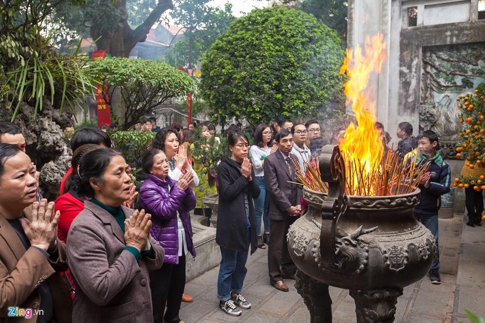 Nhang thắp quá nhiều trong lư đồng khiến các que hương bốc cháy thành ngọn lửa lớn.