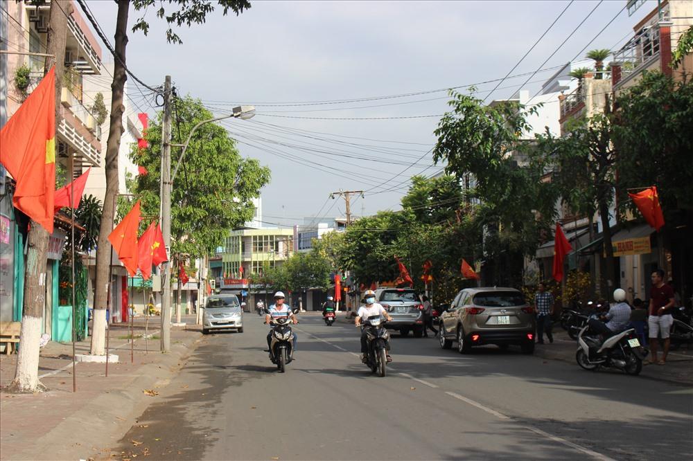 Người dân TP.Tân An tự giác treo cờ Tổ quốc tươm tất trước nhà.