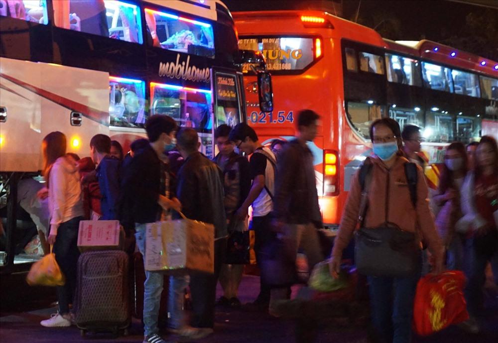 Theo ghi nhận, vào rạng sáng lượng xe cập bến liên tục đưa người dân từ các tỉnh trở lại TPHCM để bắt đầu ngày làm việc đầu tiên trong năm mới.