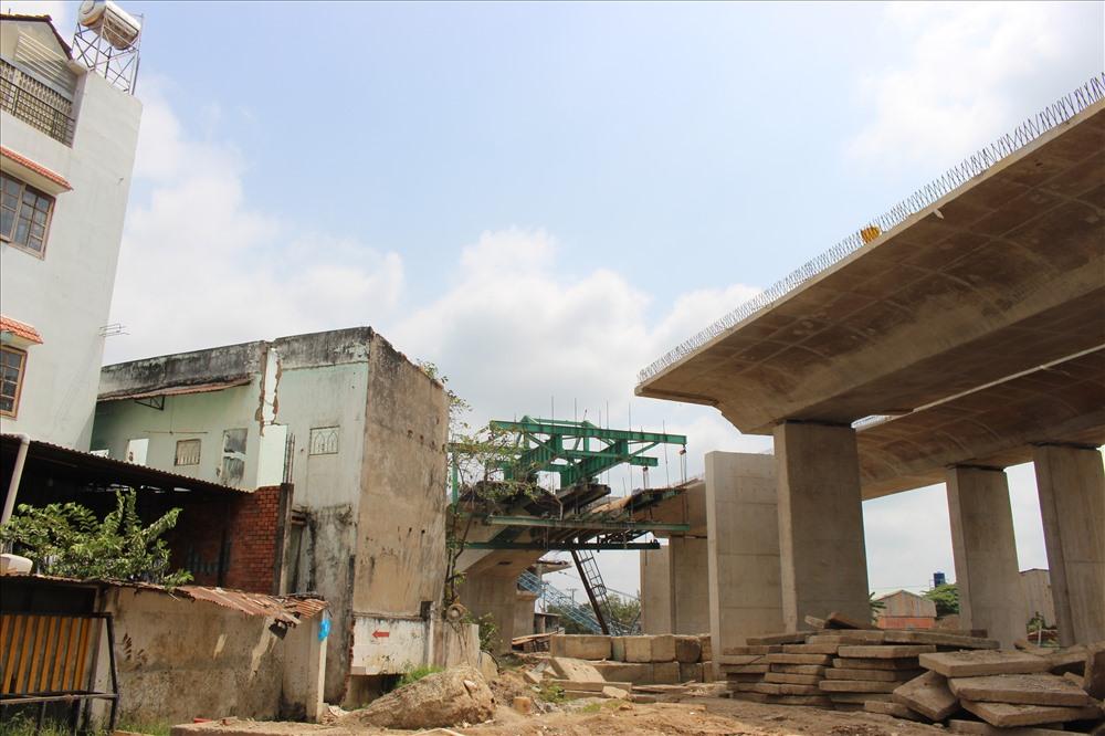 Nhiều nhà dân ở Bình Chánh đã tháo dỡ để thi công công trình.
