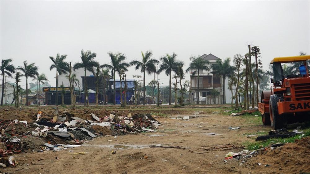 """Nhiều rác thải xây dựng được """"tập kết"""", ngay sát vị trí san lấp mặt bằng. Ảnh: QĐ"""