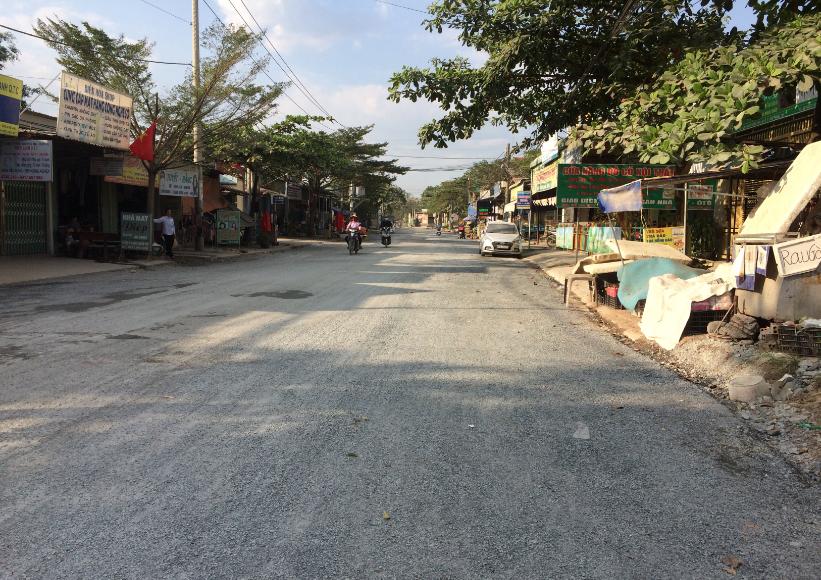 Đường Nguyễn Văn Tiên trong quá trình thi công, trải đá