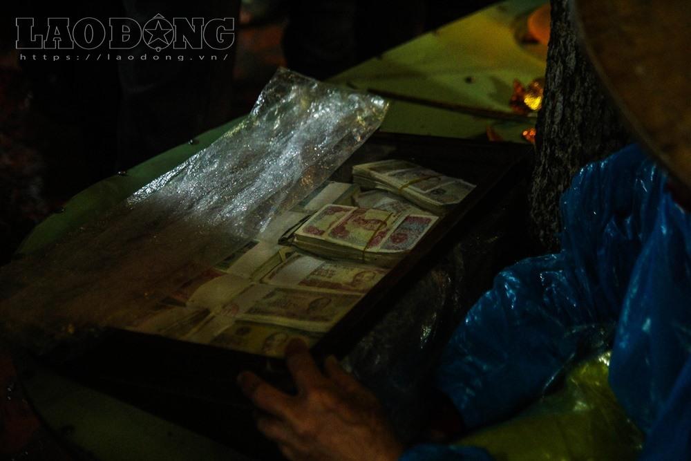 Những xấp tiền lẻ 500 đồng, 1000 đồng mới tinh được chia thành từng thếp nhỏ xếp thành chồng gọn ghẽ trong hộp kính.