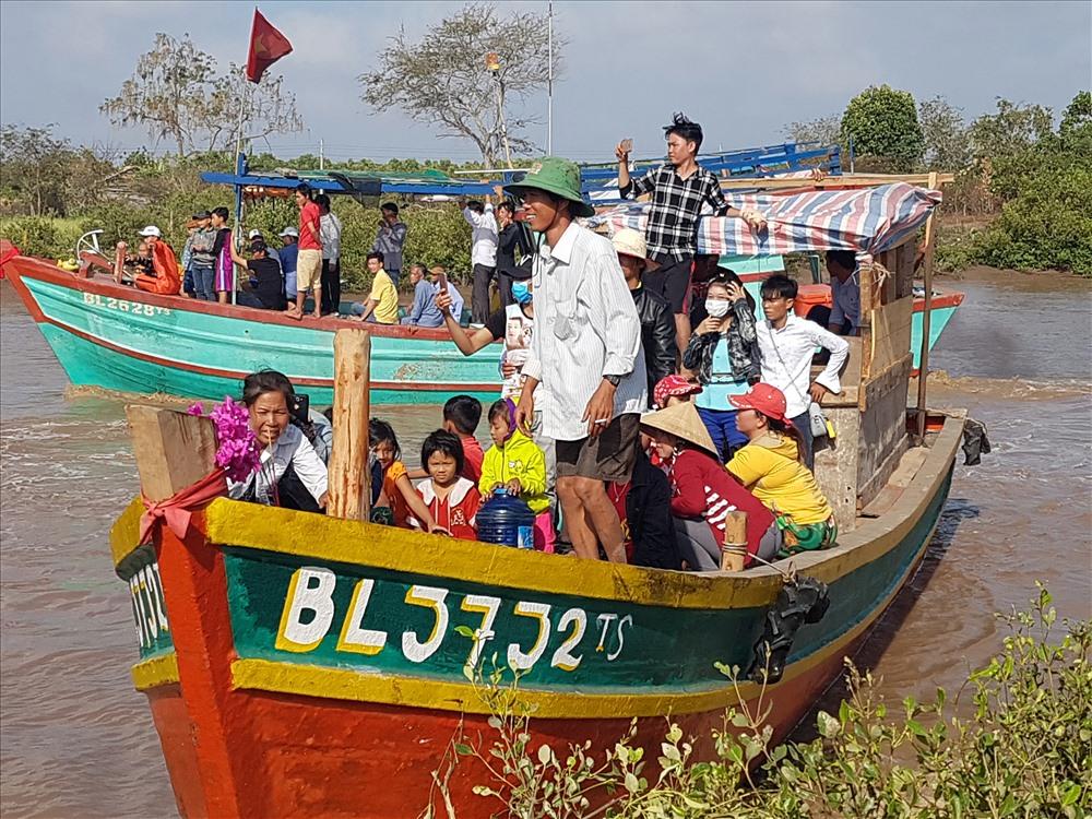 """Đoàn tàu ra biển """"rước Ông"""" về theo nghi thức lễ hội (ảnh Nhật Hồ)"""