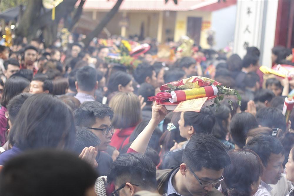 Chen chân dâng lễ ở Phủ Tây Hồ. Ảnh: Trần Vương