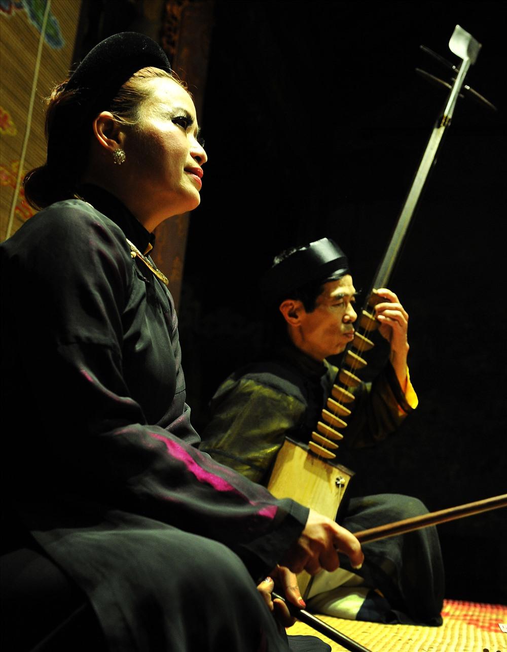 Ca nương Ngọc Hân và nghệ nhân đàn đáy Văn Hiền trong CLB ca trù Hà Nội biểu diễn tại đình Kim Ngân (Hàng Bạc).