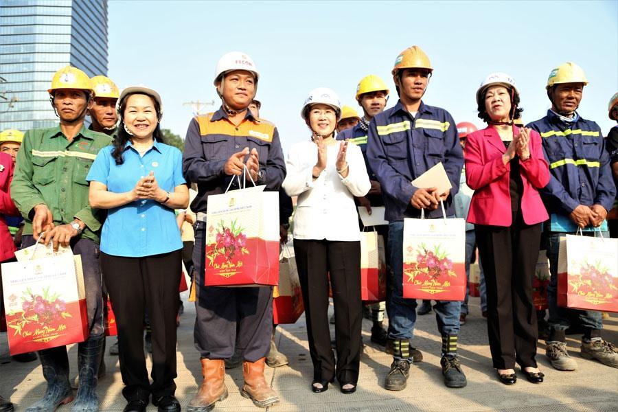 Bà Trương Thị Mai (thứ hai, phải qua) và bà Nguyễn Thị Thu Hồng (thứ hai, trái qua) thăm và chúc tết công nhân tại công trình Metro số 1.