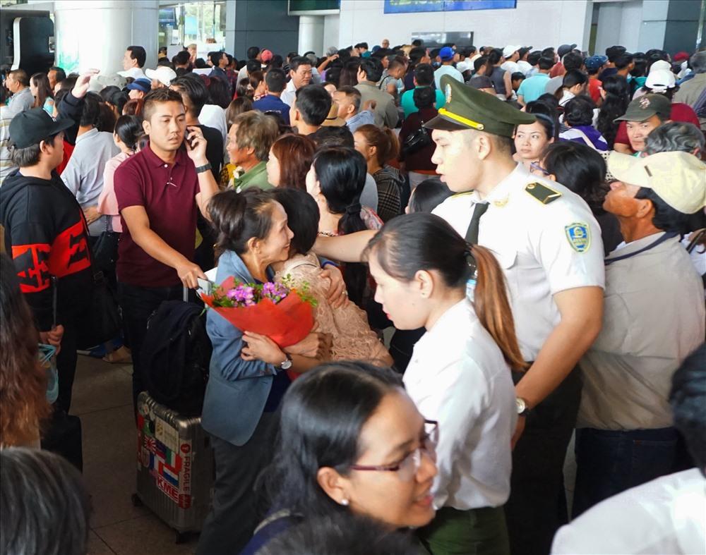 Lực lượng an ninh sân bay liên tục nhắc nhở người dân đứng lấn chiếm hết lối ra của hành khách.