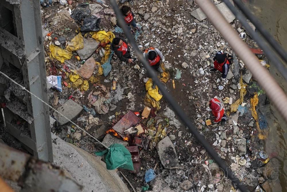 Nhiều tình nguyện viên đến cầu Long Biên dọn rác, hướng dẫn người dân thả cá.