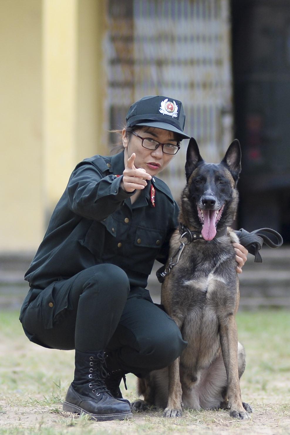 Chó là loài duy nhất biết nhìn theo hướng tay người chỉ. Trung uý Hà Thu Trang, nữ chiến sĩ cảnh sát cơ động duy nhất trên cả nước làm nhiệm vụ huấn luyện chó nghiệp vụ và Ben, đồng đội của cô. Tuy sức vóc phụ nữ có phần thiệt thòi khi phải vật lộn với con chó dữ nặng gần 40kg, nhưng đổi lại, lòng kiên trì và tình yêu của Trung uý Hà Thu Trang đã khuất phục được Ben. Chỉ cần xa nữ chủ nhân một ngày thôi, Ben cũng bỏ ăn, ai cho ăn cũng không chịu.