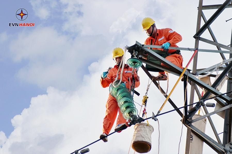 Tăng cường kiểm tra đường dây cấp điện cho các trạm trọng điểm. Ảnh: Hoa Việt Cường