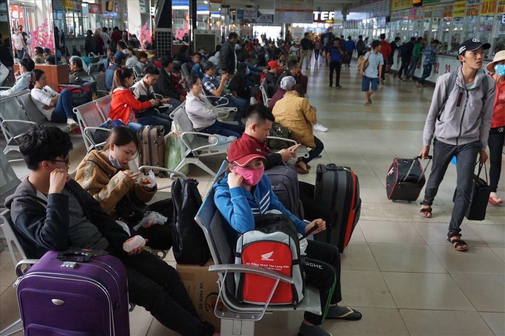 Các hàng ghế chờ tại bến xe Miền Đông đều kín người ngồi chờ lên xe về quê ăn tết. Ảnh: MINH QUÂN
