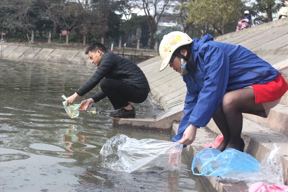 Sau khi thực hiện xong nghi thức cúng, lễ Táo quân, người dân mang cá ra sông, hồ để thả.