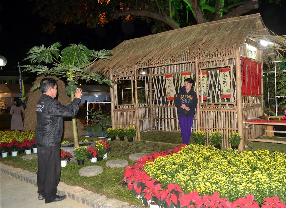 Ngôi nhà tranh trong khuôn viên Hội hoa xuân được khá nhiều người dân, du khách chụp ảnh lưu niệm. Ảnh: Châu Tường