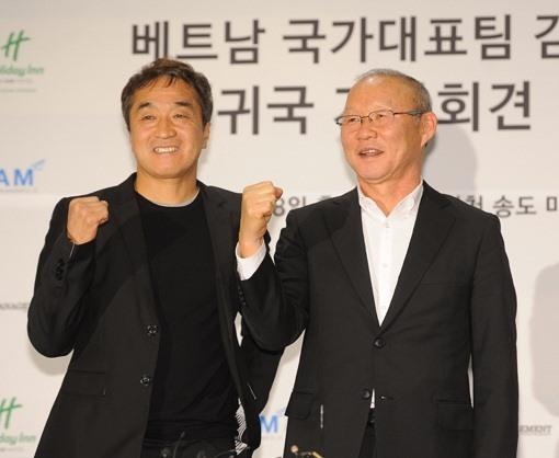 HLV Park Hang-seo (phải) không thấy cô đơn khi sống ở Việt Nam vì có sự giúp đỡ của trợ lí Lee Young-jin. Ảnh: mk.co.kr.