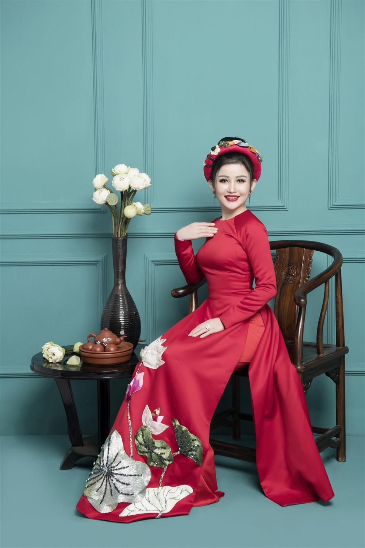 Cạnh những hình ảnh e ấp trong tà áo dài hay nhành hoa xuân, Janny Thủy Trần còn gợi lên hình ảnh xuân quen thuộc với những đóa sen thơm ngát và tách trà đầu xuân.