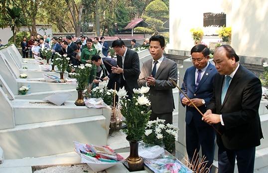 Thủ tướng Nguyễn Xuân Phúc và lãnh đạo tỉnh Hà Tĩnh dâng hương 10 liệt sĩ Ngã ba Đồng Lộc. Ảnh: BT