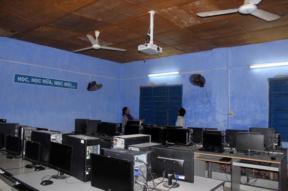 Một phòng thực hành vi tính của trường nhưng cũng bị bong tróc lộ cả cốt thép bên trong.