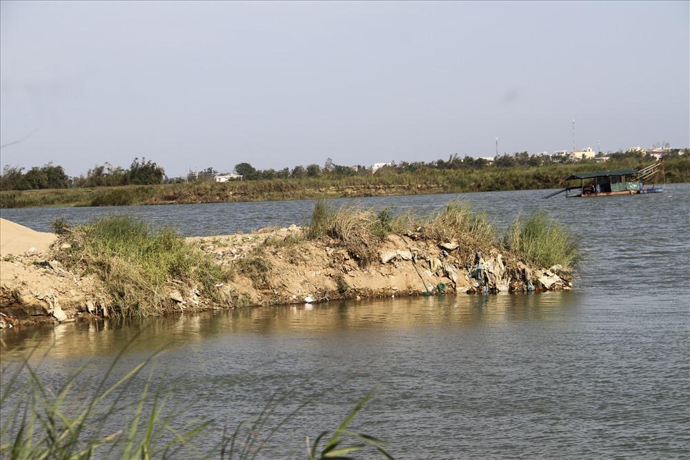 Hoạt động khai thác cát trên sông Đà Rằng.