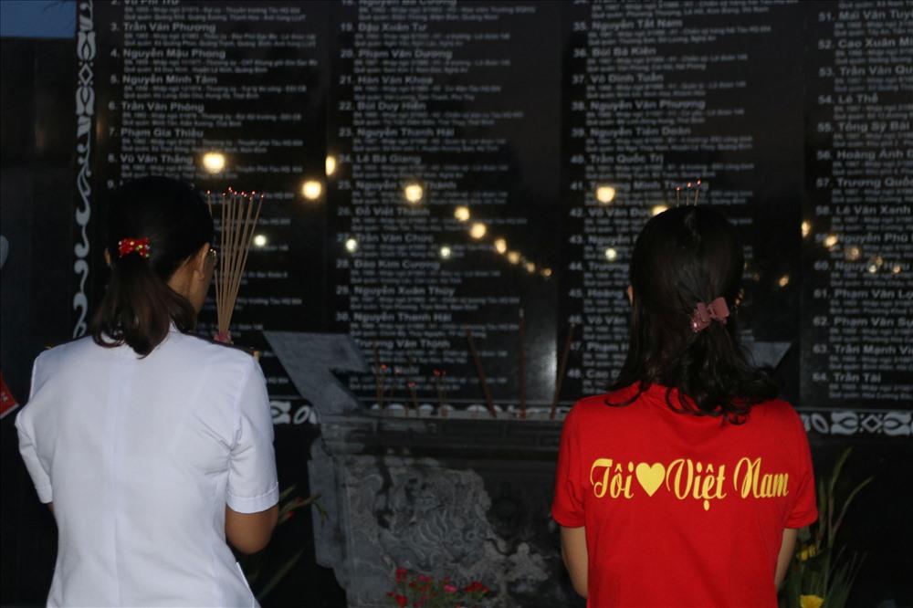 Chiều tối qua, chị Trần Thị Thủy, con gái liệt sĩ Trần Văn Phương đã đến khu tưởng niệm thắp hương cho cha mình và đồng đội. Ảnh: T.Thúy