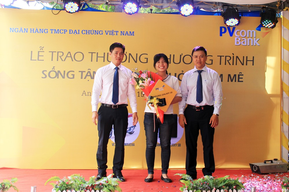 Chị Lê Thị Minh Quân nhận giải thưởng điện thoại Samsung Galaxy S8 từ PVcomBank