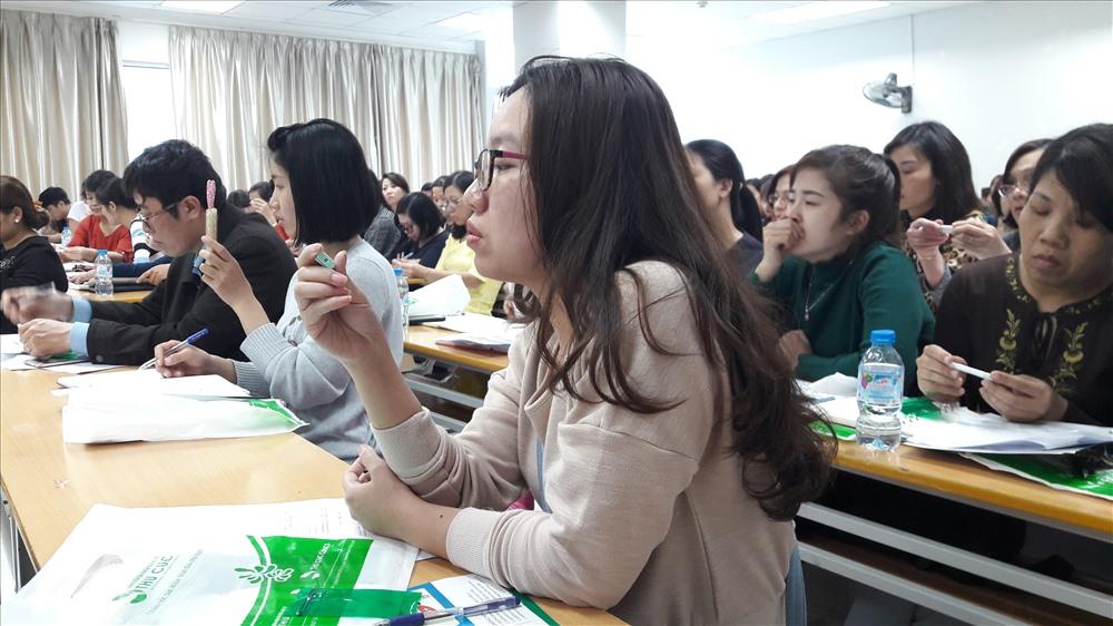 Lớp học tập huấn cho nhân viên y tế về tầm soát ung thư đại trực tràng (Ảnh: T.Linh)