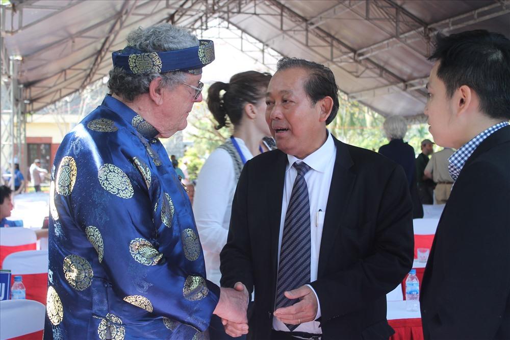 Phó Thủ tướng Trương Hòa Bình trò chuyện với cựu binh Mỹ Roy Mike Boehm. Ảnh: T.H