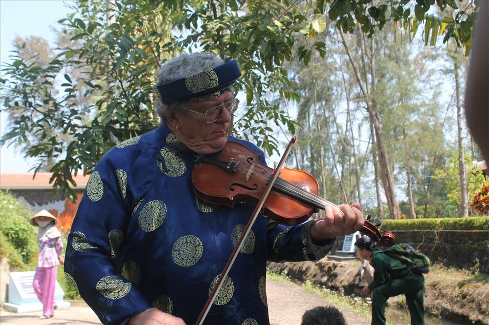 Suốt 25 năm qua, ông Mike đều đặn kéo vĩ cầm ở khu chứng tích Sơn Mỹ. Ảnh: T.H