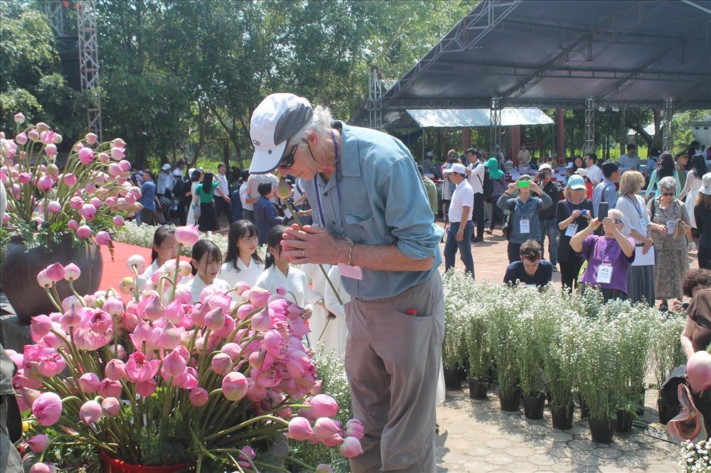 Cựu binh Mỹ dâng hoa tại lễ tưởng niệm. Ảnh: T.H