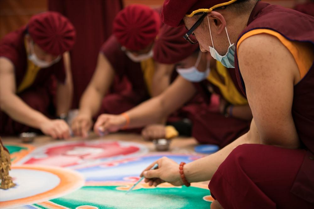 Các bậc cao tăng  trực tiếp dùng tay rắc rải các hạt ngọc đá quý này lên đồ hình Đại Mandala được phác họa. Ảnh: M.K
