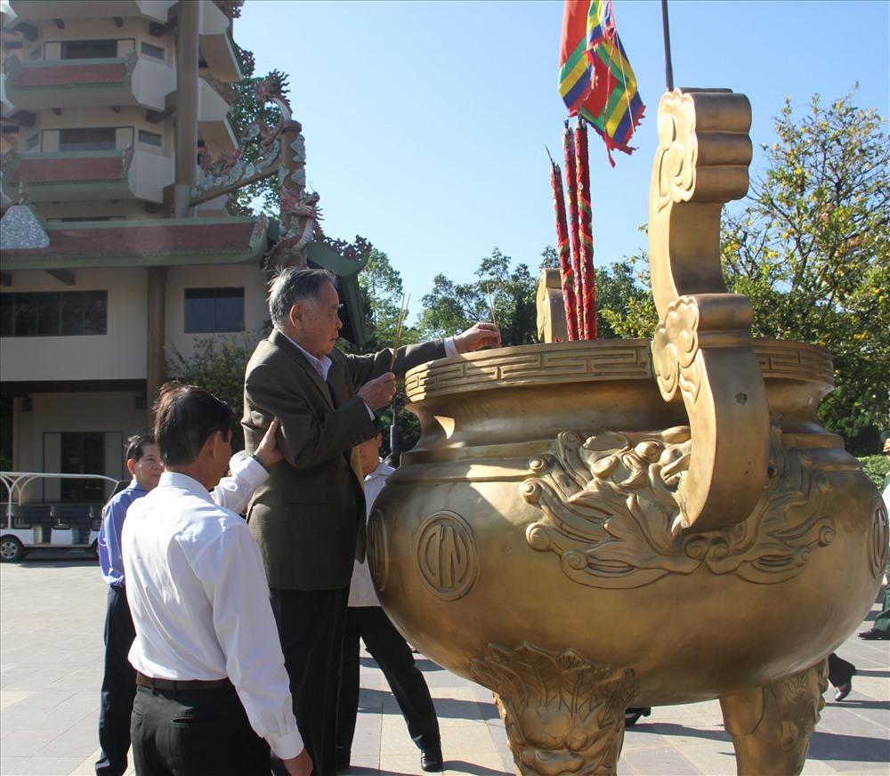 Hình ảnh ông Phan Văn Khải thắp hương tại Đền thờ Bến Dược. Ảnh: X.L