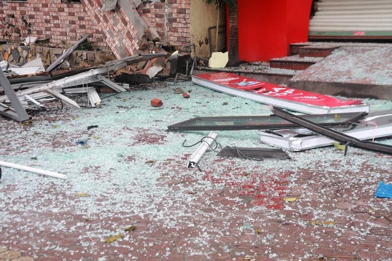 """Kính của tòa nhà bắn xa hàng trăm mét, cộng với sức ép của vụ nổ khiến nhiều nhà bên cạnh bị hư hỏng. ảnh""""HQ"""