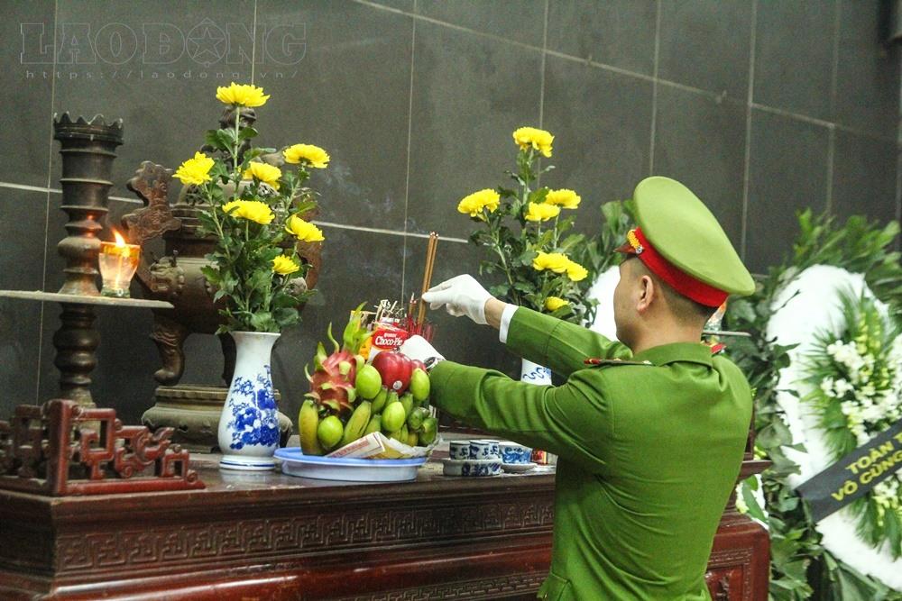 Và thắp nén hương thơm cho Chử Văn Khánh.