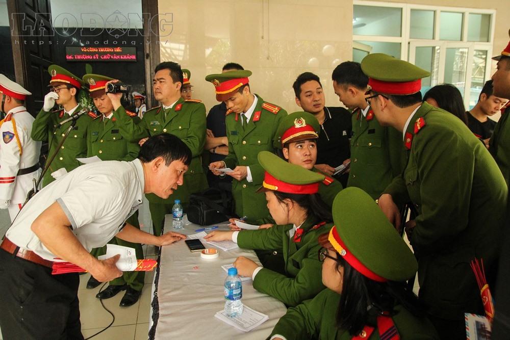 Sáng 20/3, tại nhà tang lễ Bệnh viện Bạch Mai, đồng đội và gia đình đau buồn tổ chức lễ tang cho đồng chí thượng sĩ Chử Văn Khánh (SN 1993), thuộc Phòng Cảnh sát PCCC số 12 (Cảnh sát PCCC Thành phố Hà Nội).