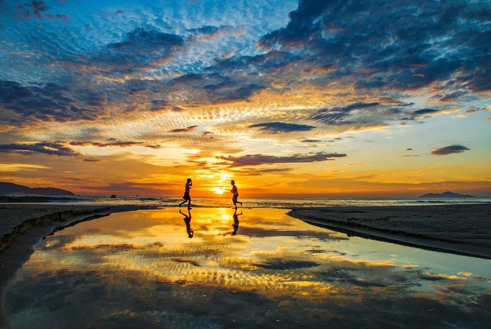 Biển Mỹ Khê được Tạp chí Forbes bình chọn là một trong 6 bãi biển quyến rũ nhất hành tinh. Ảnh: Quang Tuyên