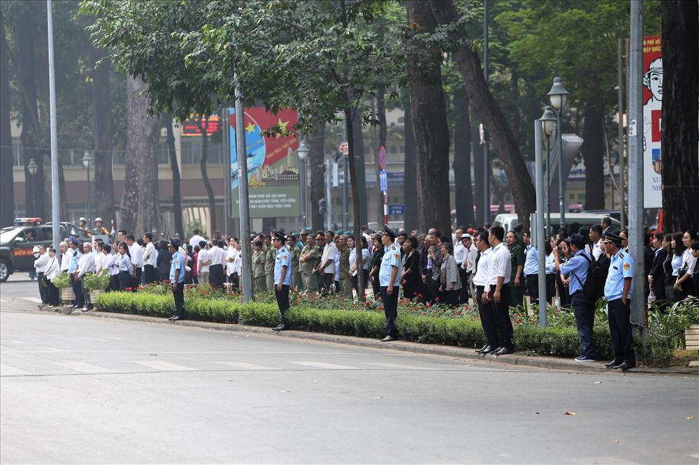 Ngay từ sáng sớm, hàng nghìn người đã tập trung trước các khu vực xung quanh Hội trường Thống Nhất. Ảnh: Trường Sơn