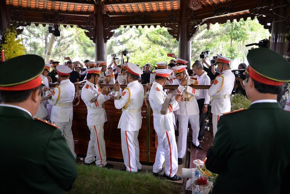 Linh cữu của nguyên Thủ tướng Phan Văn Khải đã được đưa vào khu vực an táng.
