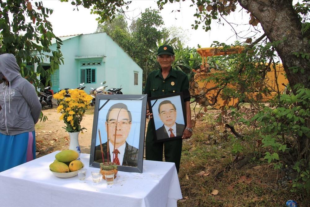 Nhiều bàn thờ, di ảnh được người dân dựng hai bên đường. Một cựu chiến binh cầm di ảnh cố Thủ tướng đứng đón linh cữu ông.