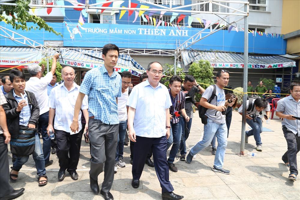 Sau khi thị sát khu tầng hầm, ông Nguyễn Thiện Nhân đi thăm khu vực gắn hệ thống ghi hình của các camera của chung cư. Ảnh: Trường Sơn