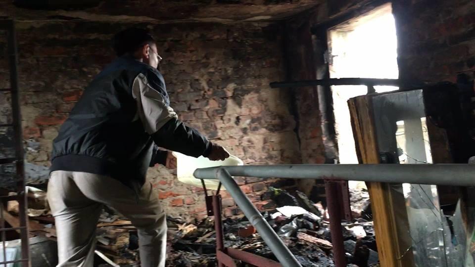 Vật dụng cũ ở tầng 5 của chung cư bị thiêu rụi. Ảnh: HQ