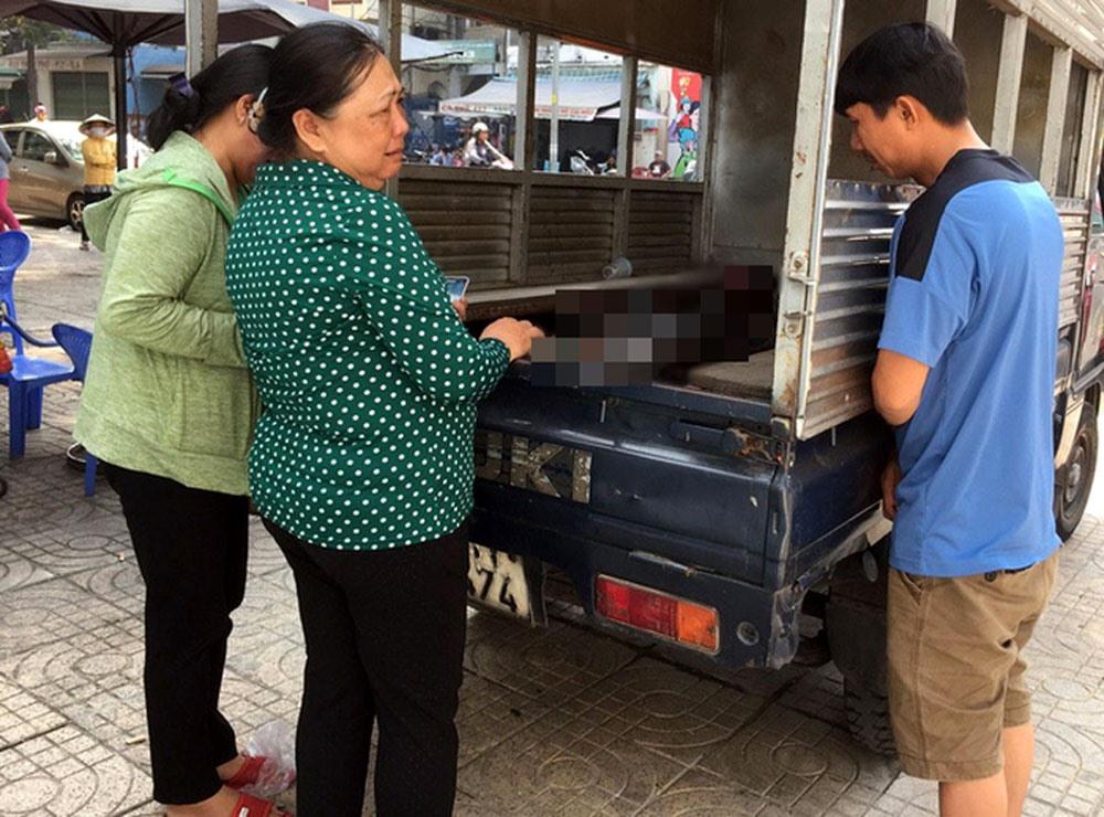 Người nhà chị Bùi Trần Cẩm Hà than khóc trước sự ra đi thương tâm của chị và con nhỏ.