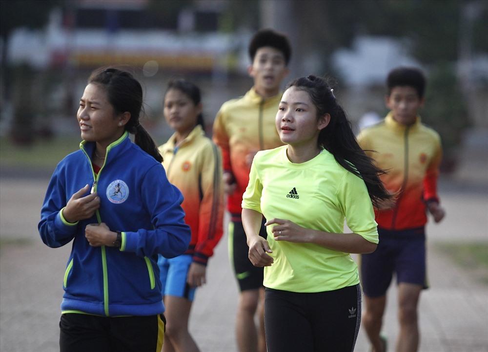 Các VĐV của đoàn Khánh Hoà tập luyện vào rạng sáng 24.3.