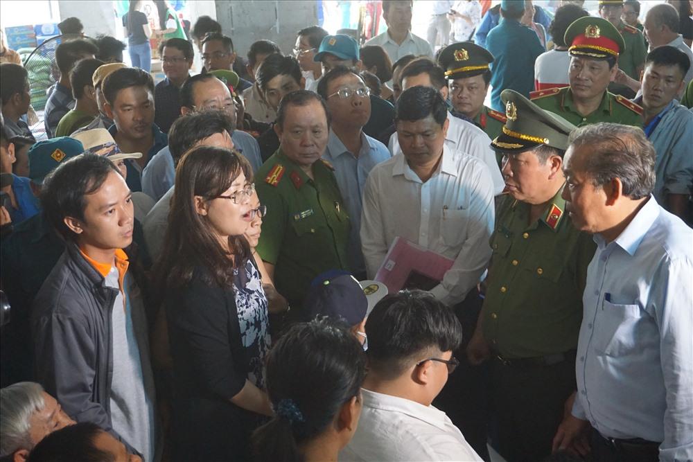 Phó Thủ tướng Trương Hòa Bình lắng nghe tâm tư, nguyện vọng của người dân đang tạm cư.