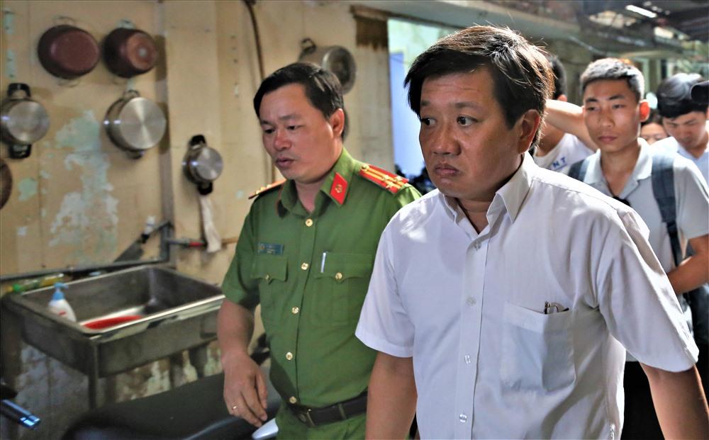 Chiều nay, ông Đoàn Ngọc Hải tiếp tục đi kiểm tra các chung cư cũ trên địa bàn. Nơi đầu tiên ông kiểm tra là chung cư nằm tại số 23 Lý Tự Trọng, phường Bến Nghé. Ảnh: Trường Sơn