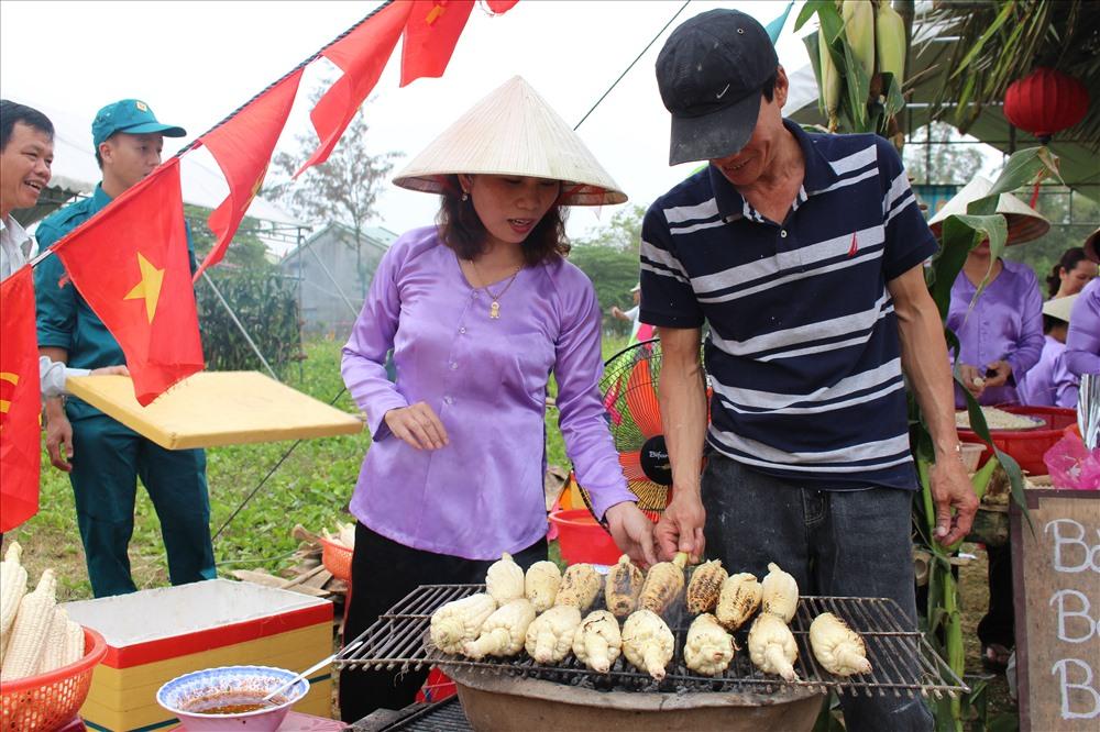 Đặc biệt, du khách còn được tự tay chế biến các món ăn được làm từ bắp như bắp luộc, bắp xào, bắp ngào, chè bắp, súp bắp, bắp nướng, chả bắp, lớ bắp,… Tham quan các quầy trưng bày các sản phẩm đa dạng được chế biến từ bắp. Ảnh: N.K